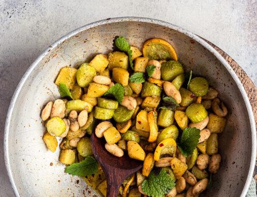 Zucca e zucchine saltate e fagioli di Spagna
