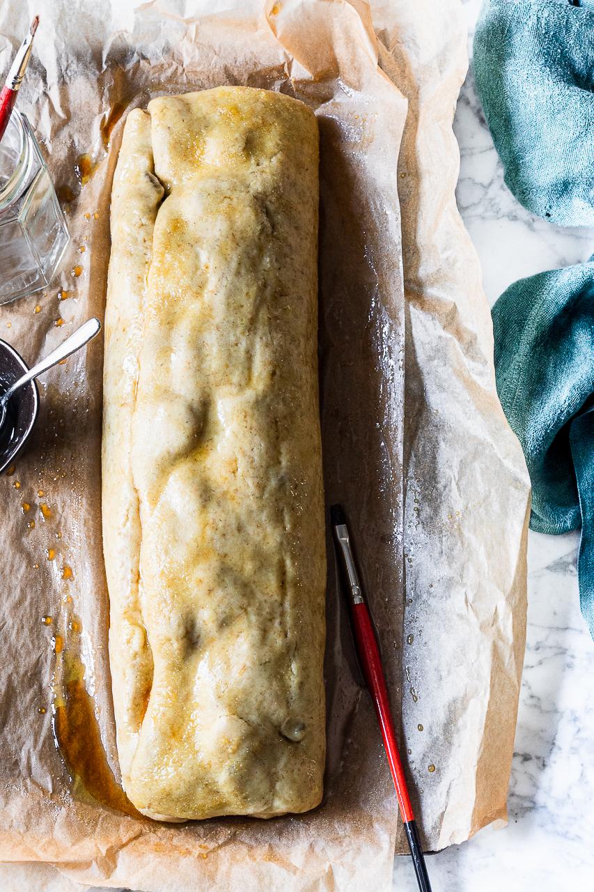Strudel salato di pasta brioche pronto per il forno