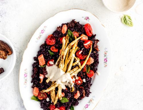Insalata di riso venere con salmone, verdure arrosto e salsa tahin