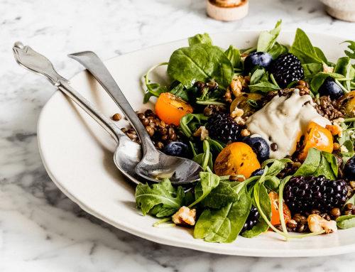 Insalata di lenticchie spinacini, rucola, more e noci