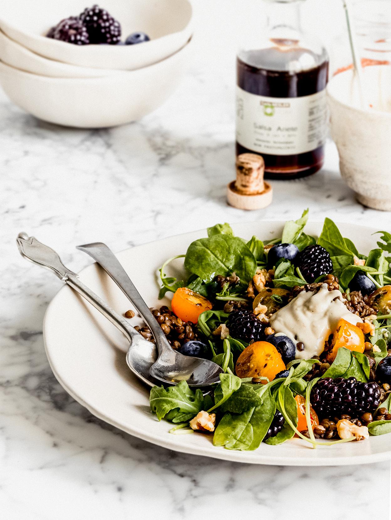 Insalata di lenticchie, spinacini, rucola e more