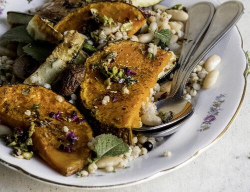 Zucca e zucchine con cannellini, sorgo e pistacchi